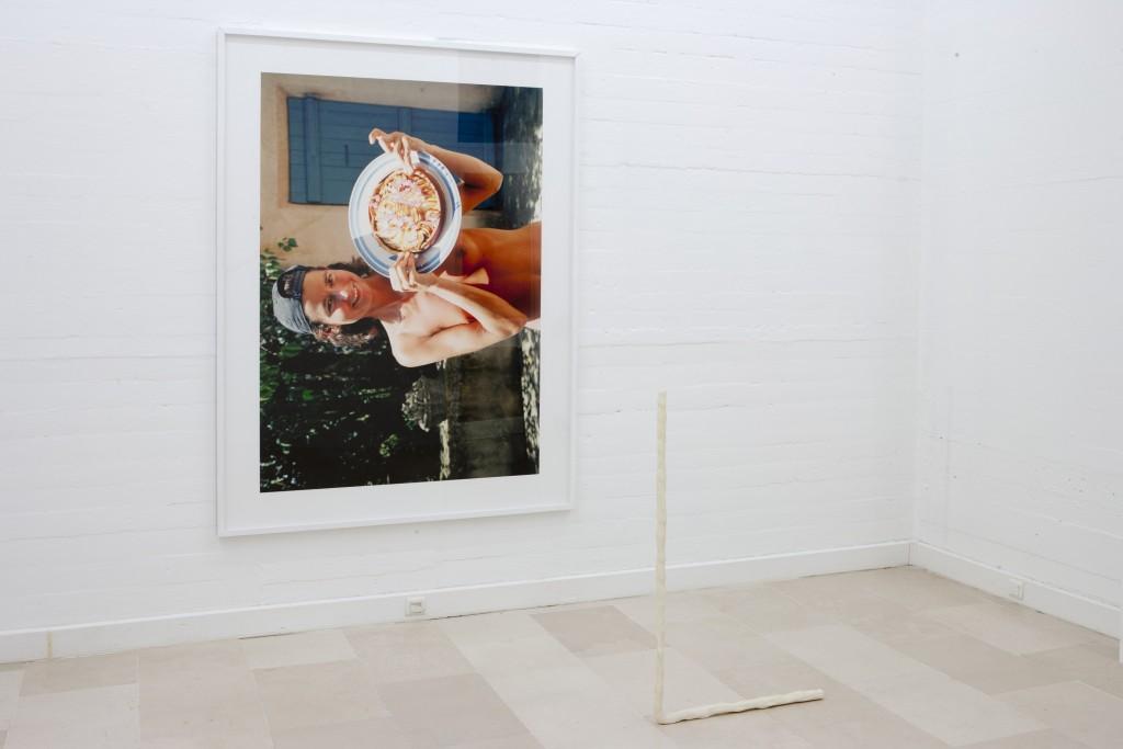 JEAN-CHARLES DE QUILLACQ My Sister Like I Am, 2011 impression jet d'encre (204 x 154 cm) - Adam, 2013époxy sur polyamide (114 x 66 x 3 cm)